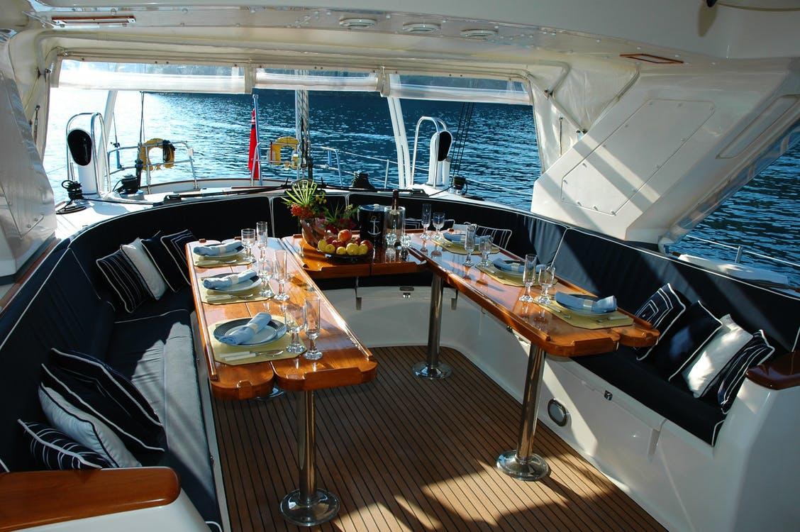 Dekket bord i båt